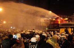 """台北警方用水炮强制驱离""""反核""""占道群众"""