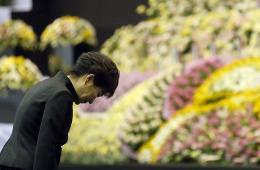 朴槿惠向沉船事故死难者献花 遭家属围堵抱怨