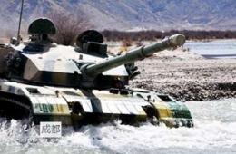 西藏军区装甲部队上演猛龙过江
