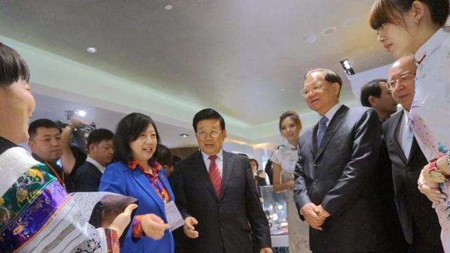 国民党荣誉主席连战、吴伯雄台北参观苗家艺术