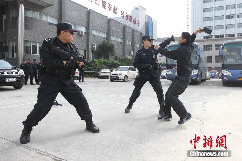 郑州警察给左轮上弹配枪巡逻