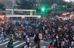 """台""""反核""""民众占据台北市忠孝东路与林森南路口"""