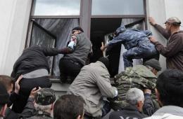 亲俄分子冲击乌克兰卢甘斯克政府大楼