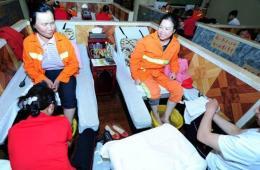 武汉:足疗店为环卫工人免费洗脚