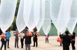 韩国民众用气球向朝鲜发放巧克力派