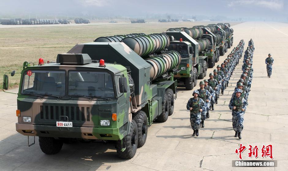 我军大批红旗-9导弹紧急机动