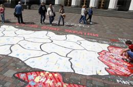 亲乌民众国会大楼外画乌地图 要求保卫国家领土完整