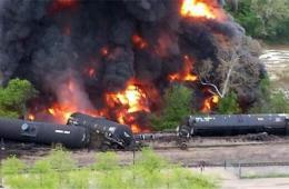 美一油罐车起火燃烧原油流入河中 人员紧急撤离