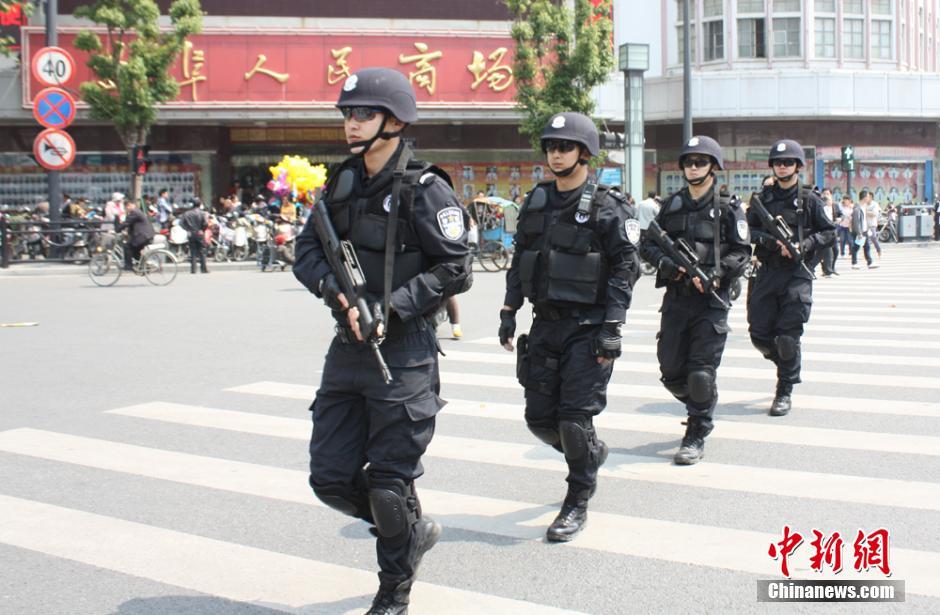 江苏特警持枪上街市民有安全感