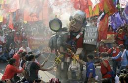 菲律宾劳动节游行 焚烧总统玩偶头像