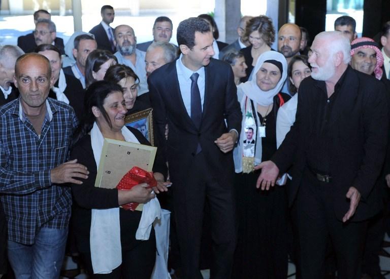 叙总统巴沙尔偕夫人接见在内战中失去亲人民众