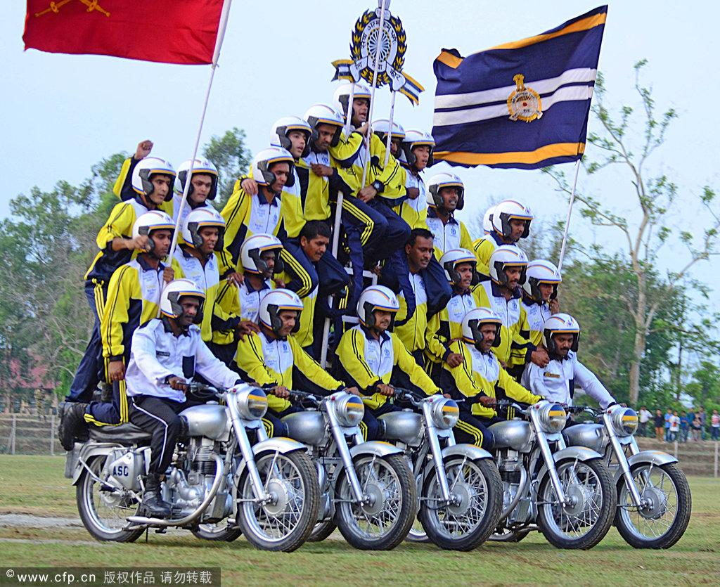 印度士兵参加金色庆典表演 秀车技钻火圈演绎全能军人