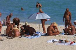 海南三亚:大东海再现裸晒者