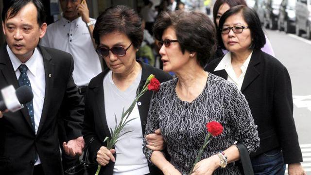 马英九大姐、三姐手持康乃馨处理母亲出殡事宜