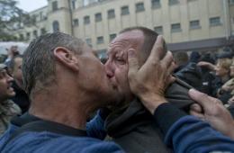奥德萨亲俄者闯进警察局 关押者被释放获热烈激吻