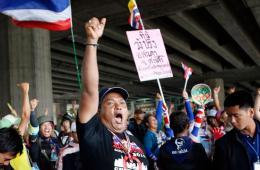 泰国法院解除总理英拉职务 反政府示威者欢呼庆祝