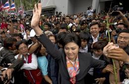 泰国前总理英拉含泪演讲 下台后受支持者拥抱