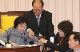 韩国京畿道九里市议会上演全武行 官员发生肢体冲突