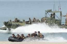 美菲在临近南中国海海滩进行突击演习