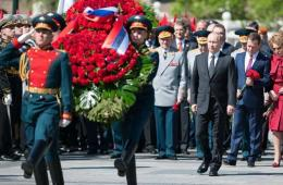 俄罗斯举行向无名烈士墓敬献花圈仪式 梅普共同出席