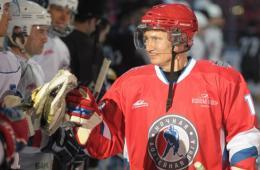 普京参加冰上曲棍球比赛 赢得6个球