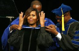 美国第一夫人参加大学毕业典礼 与学生激情互动