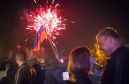 """顿涅茨克及卢甘斯克州宣布""""独立"""" 民众放烟花庆祝"""