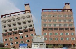 """韩国现""""楼歪歪"""" 一在建居民楼倾斜"""
