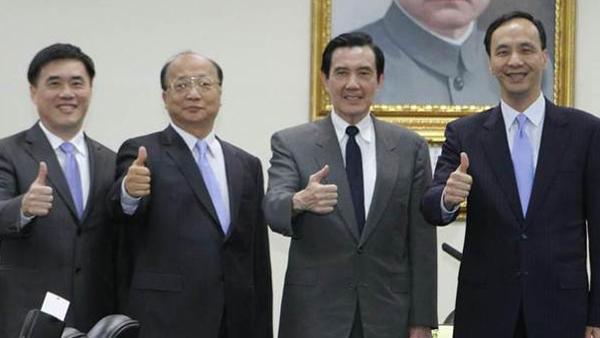 """国民党主席马英九颁发副主席证书给""""朱郝强"""""""