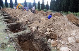 土耳其遇难矿工遗体下葬 现场已挖多个坟墓触目惊心