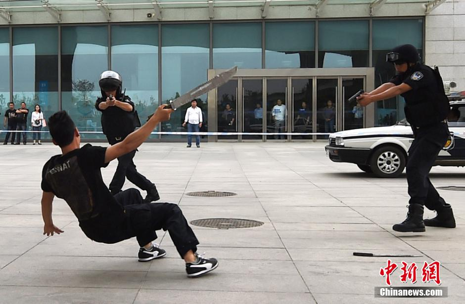 """南京警察击毙持刀砍人""""歹徒"""""""