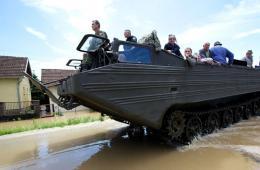"""巴尔干半岛洪水""""千年一遇"""" 军队开两栖车救援"""