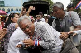 """泰国反政府领导人游行途中遭粉丝""""强抱"""""""