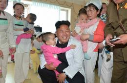 金正恩视察医院 慰问病人抱着病童秀亲民