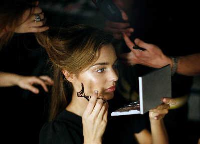 英媒披露女性一生浪费180万用于化妆品
