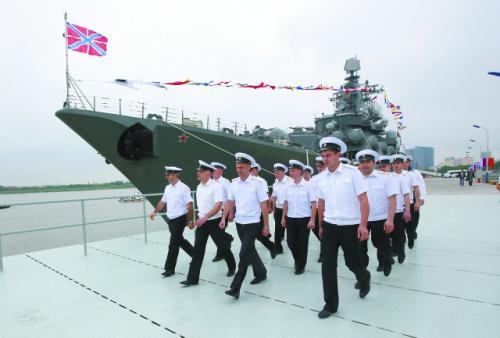 """5月19日,俄罗斯海军""""瓦良格""""号导弹巡洋舰官兵前往中国海军导弹驱逐舰郑州舰参观。"""