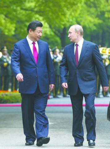 20日,国家主席习近平在上海同俄罗斯总统普京举行会谈。图为会谈前,习近平在上海西郊会议中心广场为普京举行欢迎仪式。