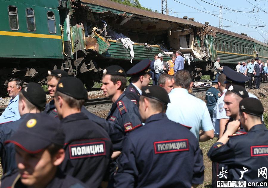 俄罗斯两列火车相撞致6死31伤