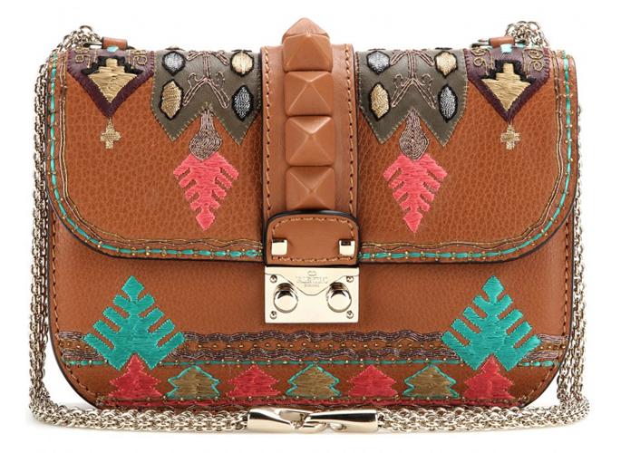华伦天奴刺绣款锁包:这款复古的斜挎包仿佛一下将人带回了19世纪