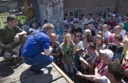 斯拉维扬斯克市长会见并慰问因冲突失去家园民众