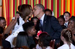 米歇尔出席白宫才艺表演 台上热舞与奥巴马秀恩爱