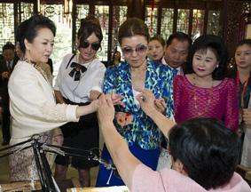 彭丽媛邀部分国家领导人夫人观看顾绣