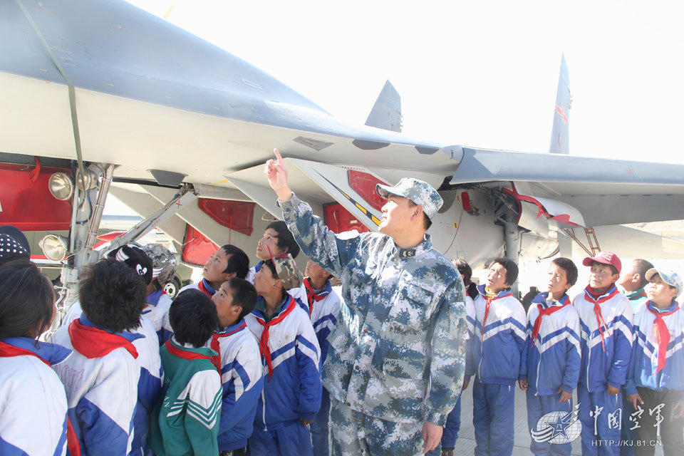 驻藏空军向小朋友开放参观歼11