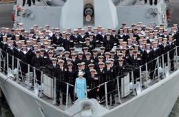 英女王与皇家海军官兵船头合影