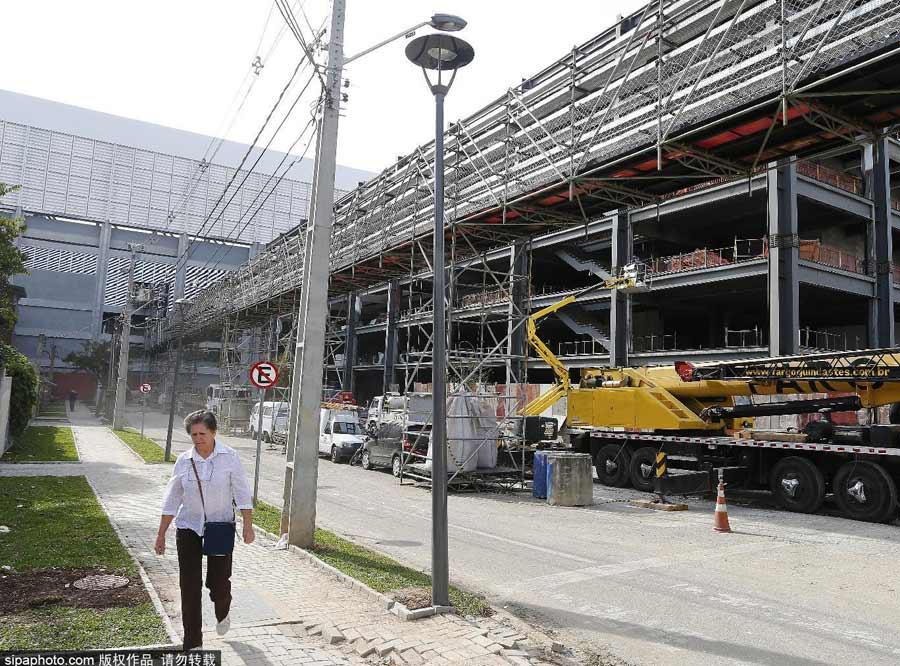 世界杯临近开幕 场馆施工仍在进行中