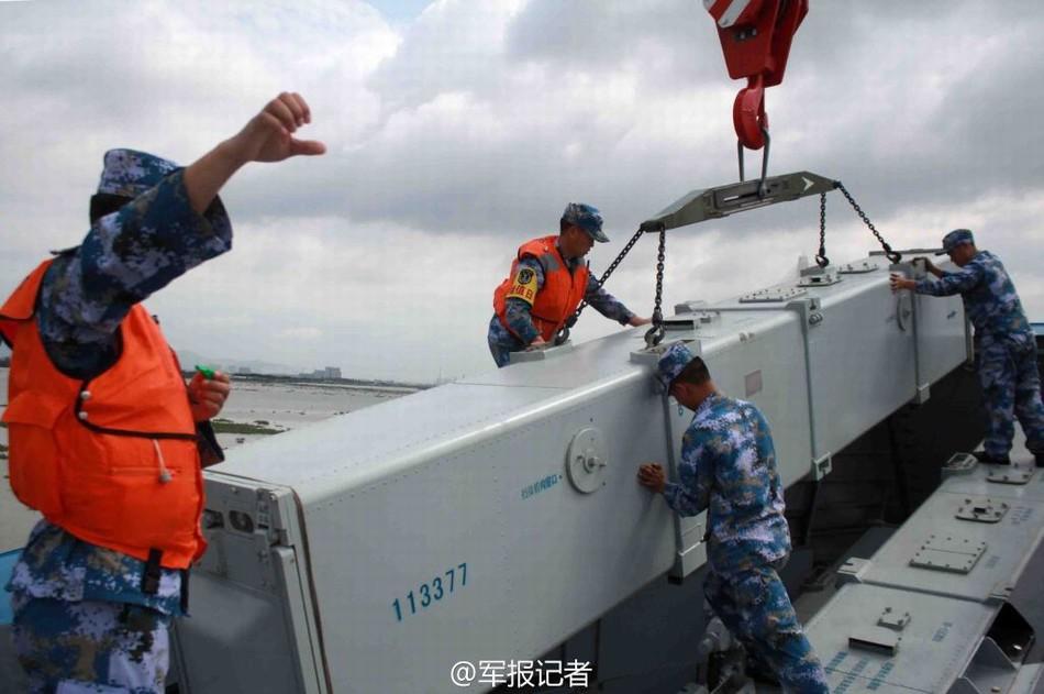 南海舰队022艇紧急吊装导弹