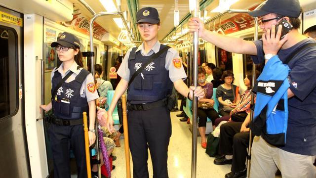 台北地铁加强维安 每部列车至少有一名警员