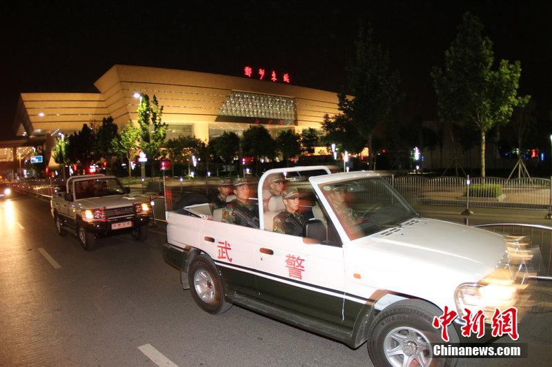 郑州武警乘敞篷车街头持枪巡逻