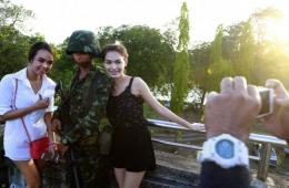 泰民众乱局中向军人淡定求合影 网友赞依然有爱