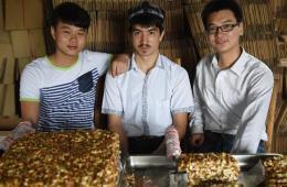 维族汉族大学生合伙网上卖切糕 日销售额超10万